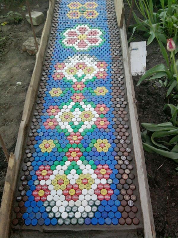 Садовые дорожки из пластиковых крышек - отличная бюджетная идея. Создадим уют своими руками