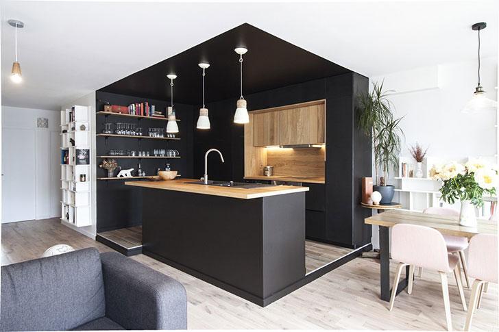 Черная кухня «сделала» интерьер квартиры в Париже