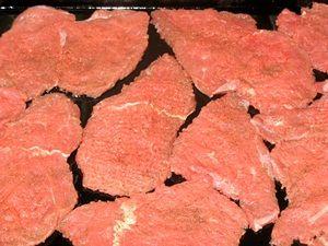 отбитое мясо на противне