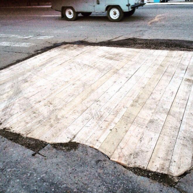 Когда власти не хотят ремонтировать дороги...