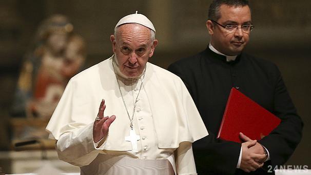 Мусор под ногами Папы Римско…