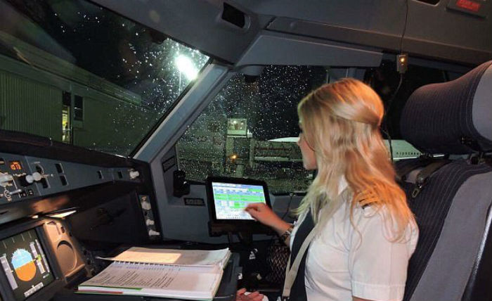 Как управляет самолетом женщина-пилот