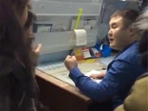 Заведующий якутской больницей набросился на побитую им ранее пациентку