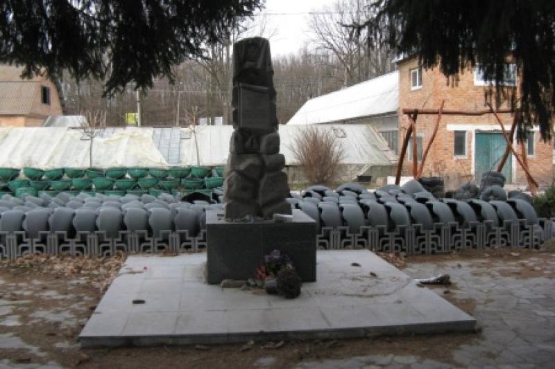 На родине Порошенко-Гройсмана тщательно уничтожают память о жертвах тысяч человек в еврейском гетто