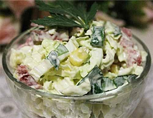 Салат из пекинской капусты с сервелатом и кукурузой