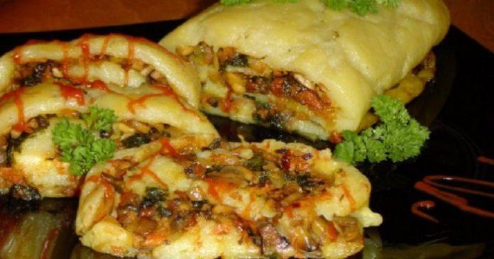 Румяный картофельный рулет с ароматными грибами в духовке
