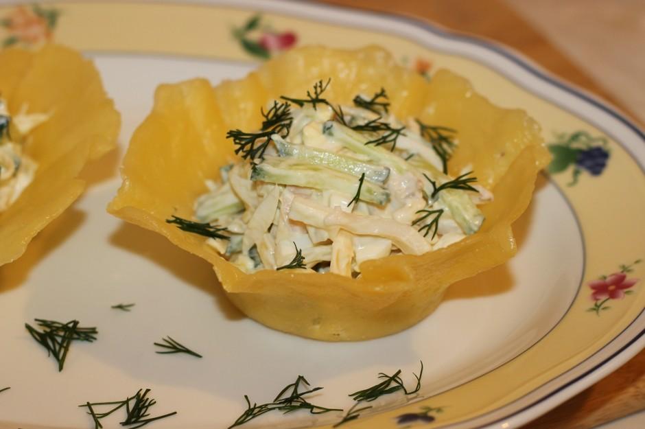 Салат из кальмаров в сырных корзиночках