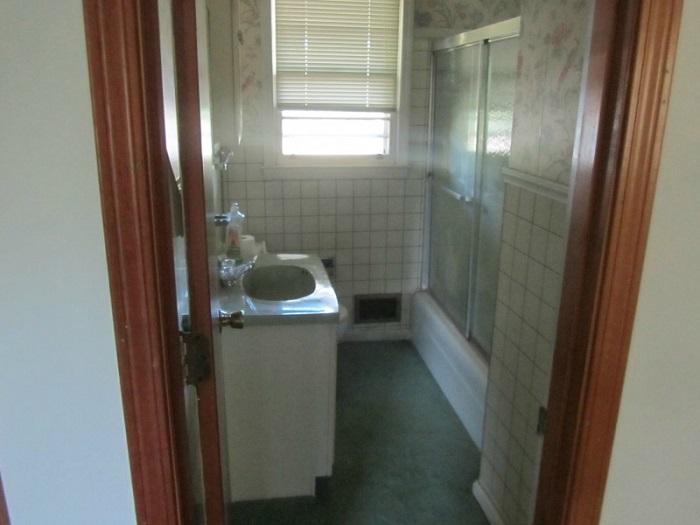 Парень склеивал осколки плитки в ванной…