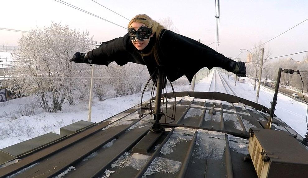 Kobzarro — девушка, которая летает на крыше московских поездов в час пик