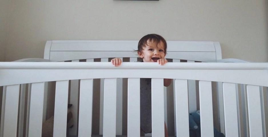 Ребёнок в кроватке
