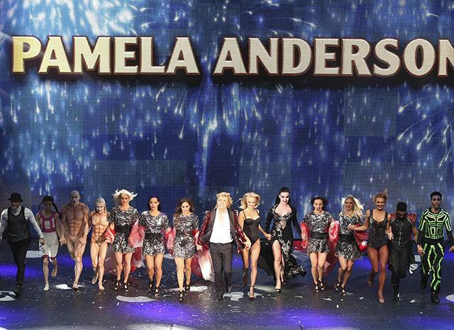 Wow-эффект : Памела Андерсон вышла в купальнике на сцену шоу иллюзий. Сравним с Бондарчук ?