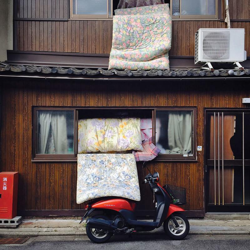 Проветривают футоны (матрасы для сна) архитектура, дома, здания, киото, маленькие здания, местный колорит, фото, япония