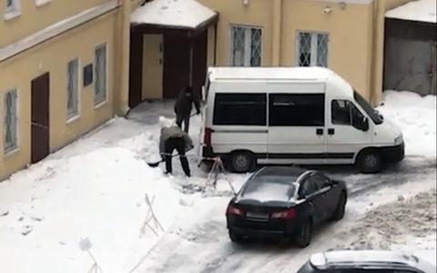 Неизвестные воруют снег машинами