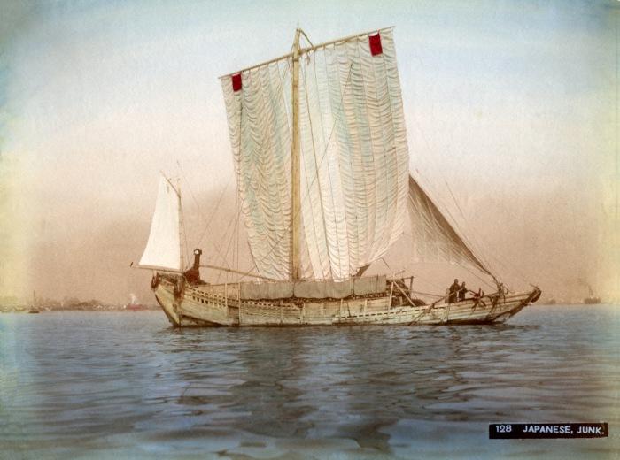 Традиционное японское парусное судно для плавания по рекам и вблизи морского побережья до сих пор широко используется в водах Юго-Восточной Азии.