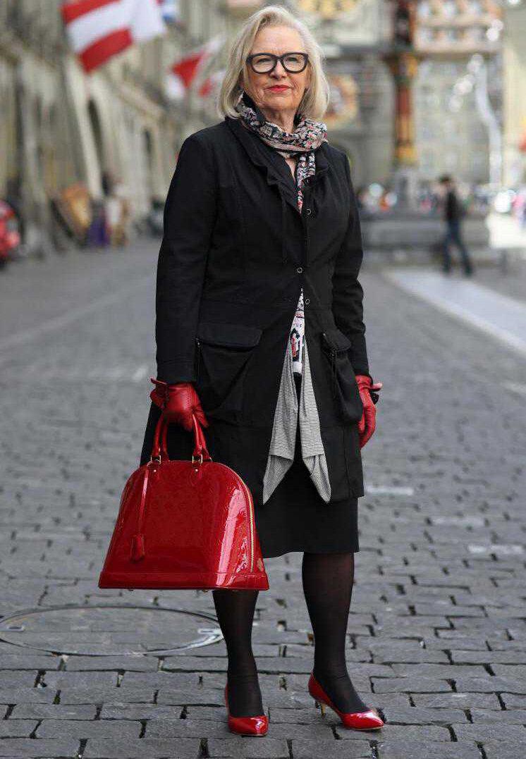 5 вещей, которые необходимо держать в сумочке женщинам старше 50-60 лет