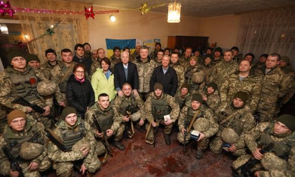 Порошенко и сенатор Маккейн отправились на Донбасс встречать Новый Год