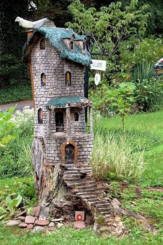 Домики из старых пней. Как вам идея для сада или дачи?