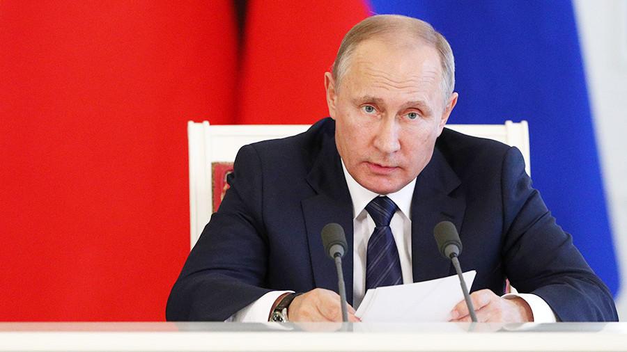 Пора работать с детства: Путин утвердил продолжительность рабочего дня для несовершеннолетних