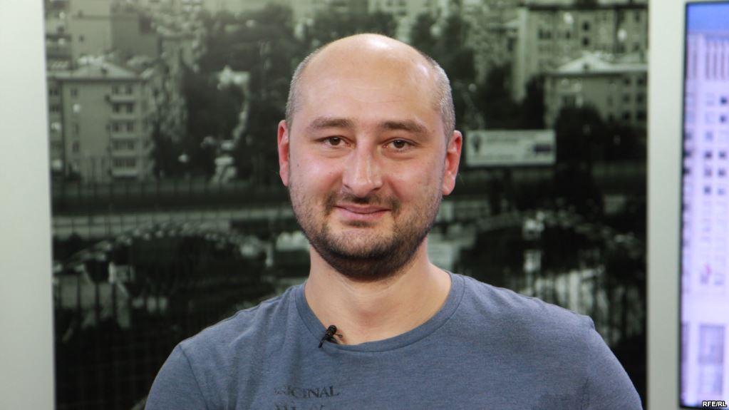Оппозиционер Бабченко сбежал из России и немедленно запил
