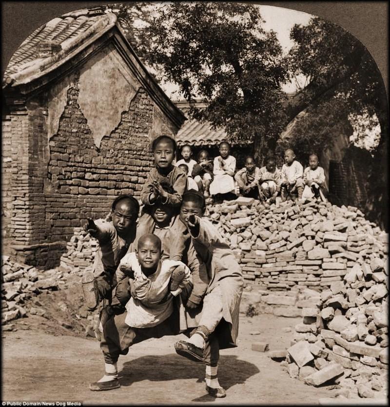Ученики миссионерской школы изображают голову дракона, Пекин, 1902 год Цин, китай, фотография, эпоха