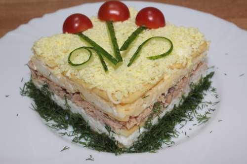 Слоеный салат с крекерами и тунцом
