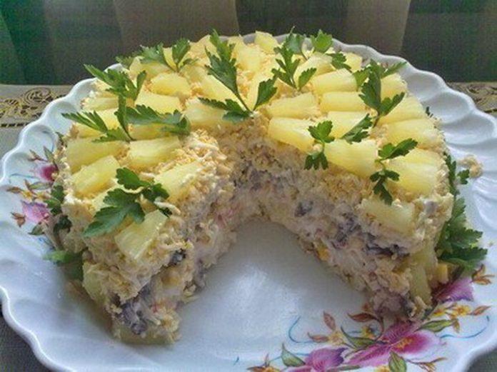 Салат с курицей ананасами и сыром слоеный