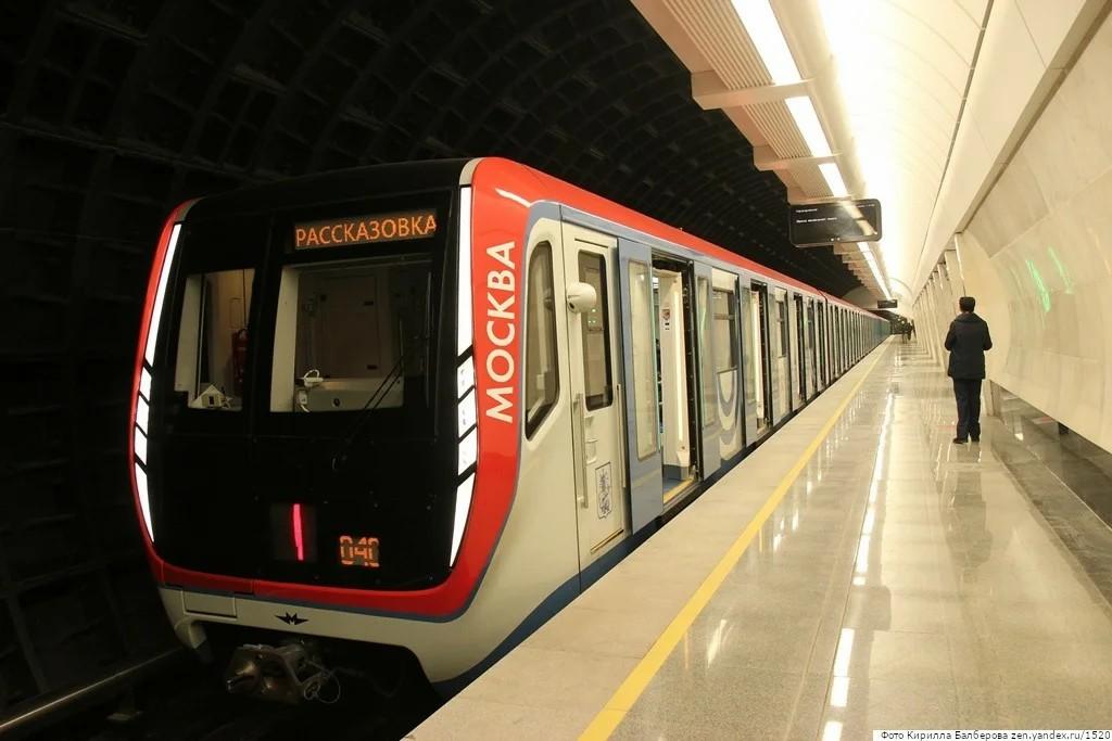 Пассажиры московского метро возмутились просьбой уступать места всем женщинам