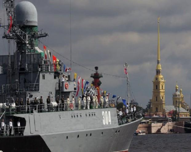 Разрушители мира, достойный ответ НАТО и леденящая мощь: Запад обсуждает парад ко Дню ВМФ