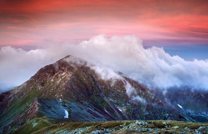 Осенний туман постепенно, но неумолимо надвигается на Карпатские горы.