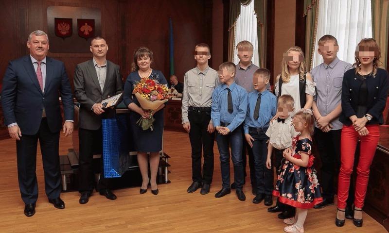 Хоть не термос: чиновники Коми подарили лауреатам конкурса «Семья года» еще один странный подарок