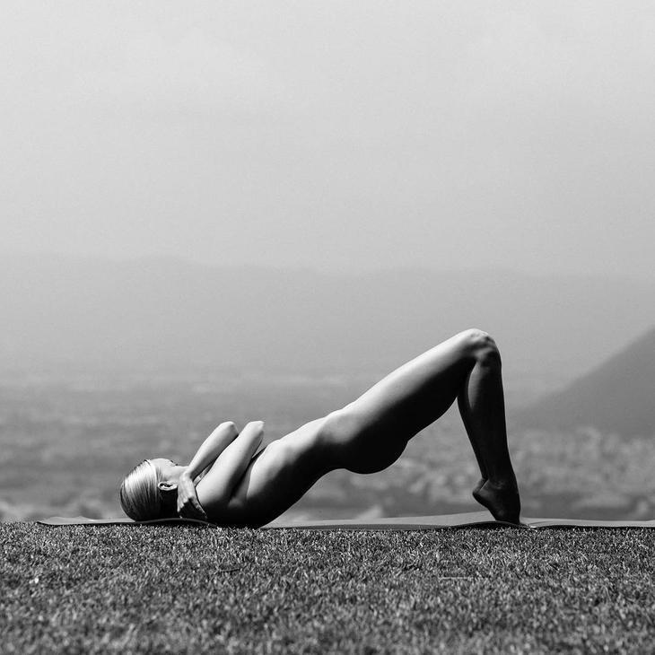 Обнаженная йога на Истаграме