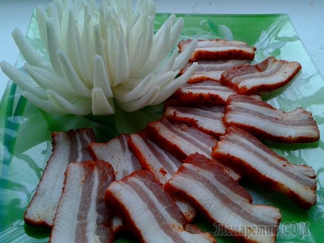 Шпик по - венгерски и маринованная хризантема из лука