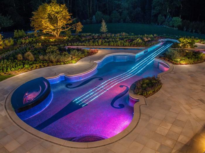 Необычный бассейн в форме музыкального инструмента.