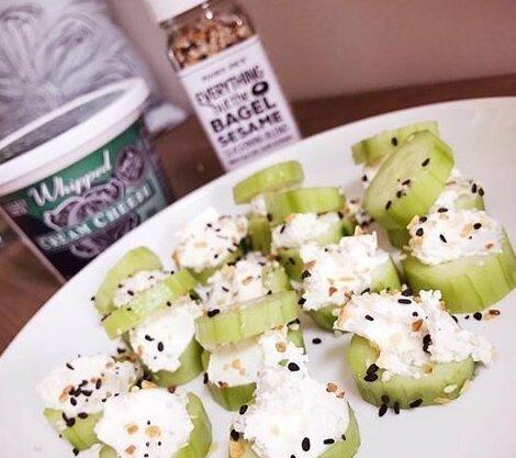 3. Сельдерей и творожный сыр с кунжутом Закуски, быстро и вкусно, еда, красиво, рецепты, снэк, фото