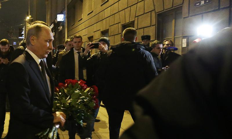 Путин принес цветы к месту теракта в Санкт-Петербурге