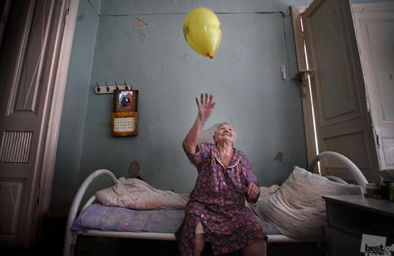 После смерти отца сын отправил маму в дом престарелых. А она его пожалела — велико материнское сердце...