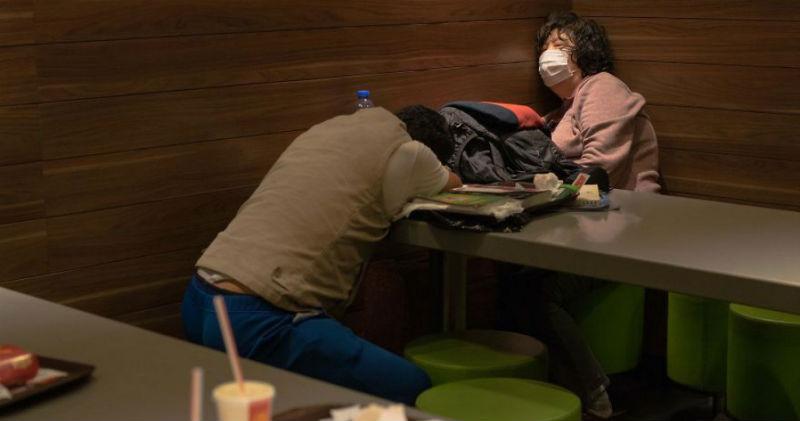 В Гонконге популярная сеть «Макдональдс» на ночь превращается в приют