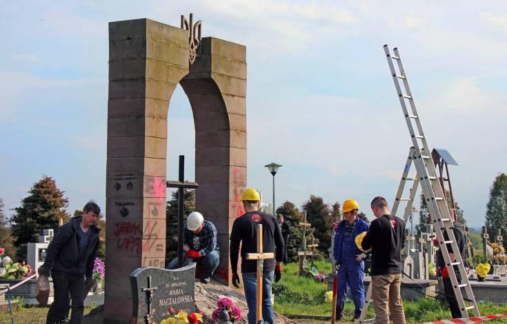 Разрушенный памятник УПА пригодился при мощении дороги в Польше