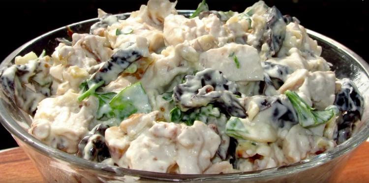 Салат с курицей и черносливом  «Очарование»