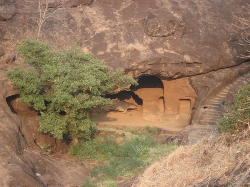 Во время охоты мужчина случайно обнаружил пещеру...