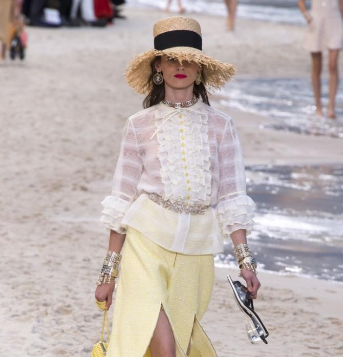 белоснежная блузка от Шанель с воланами и оборками с желтой юбкой