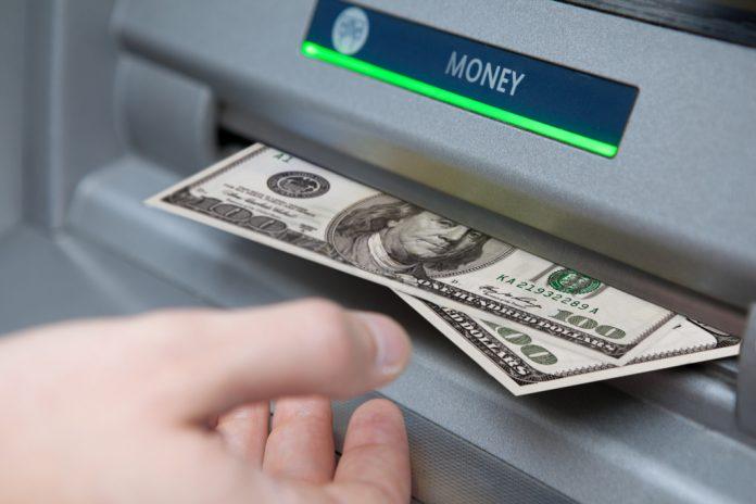 Он нашел немного денег в банкомате, но не ожидал, что банк сделает для их владельца!