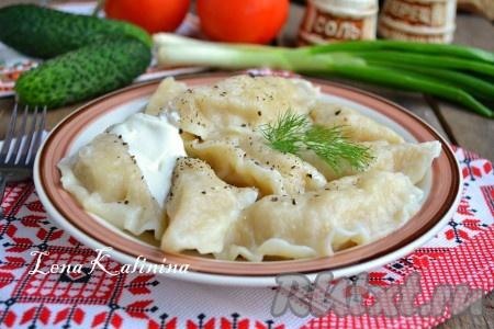 Очень вкусные, нежные вареники с картошкой и салом подать к столу в горячем виде со сметаной и сливочным маслом.