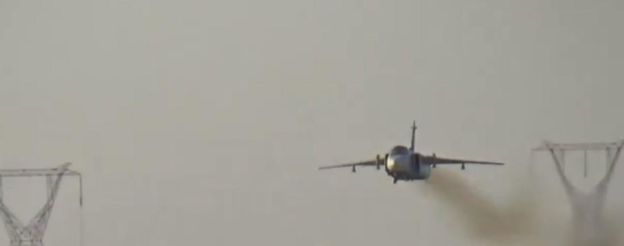На видео попал экстремальный полет Су-24М2 ниже ЛЭП