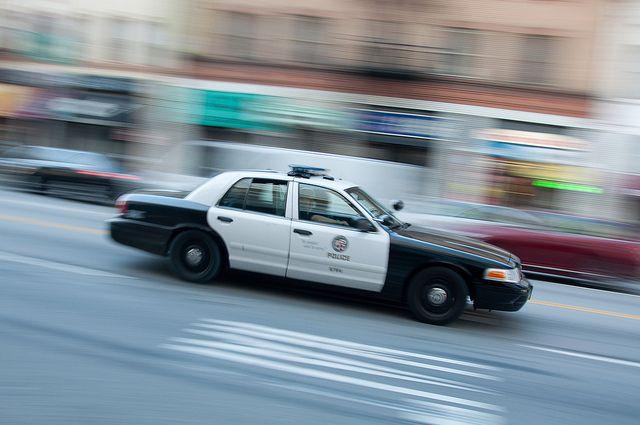 В США мужчина угнал авто и попытался въехать на нем в здание аэропорта