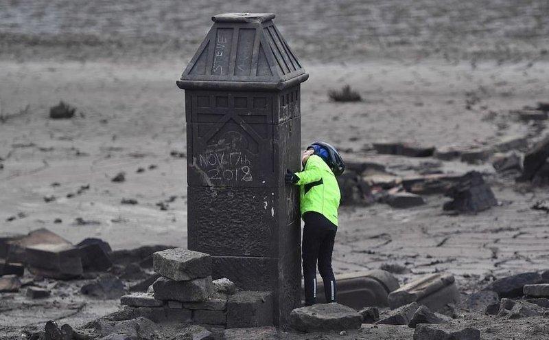 Подводный город стал добычей вандалов Деруэнт, Ледибауэр, автографы на руинах, андализм, водохранилище, еликобритания, затопленная дереня, подводный памятник