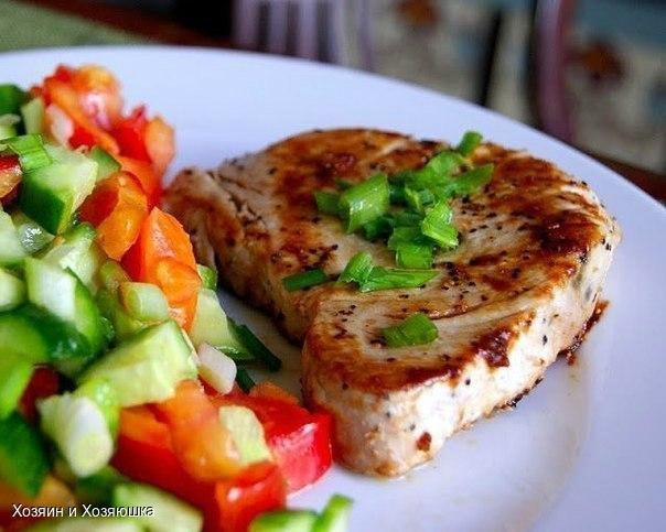 Стейк из тунца с гарниром из свежих овощей