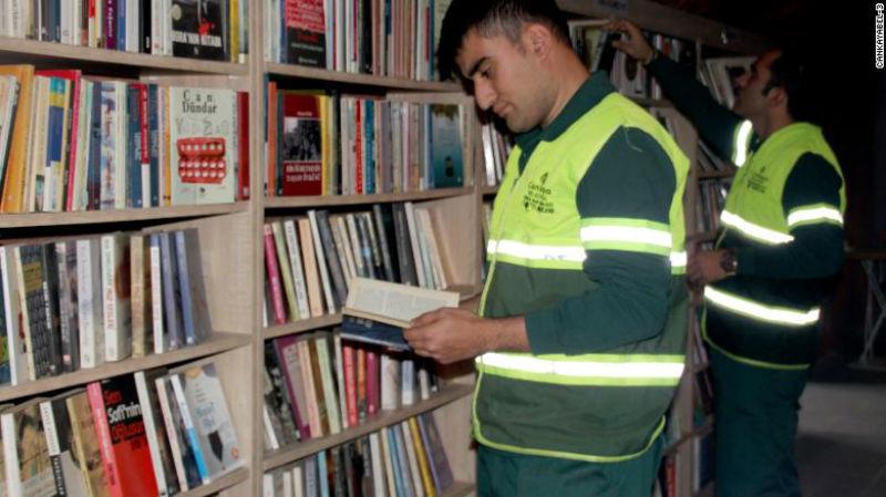 Одни выбрасывают, другие собирают: турецкие мусорщики собрали библиотеку из «спасенных» книг