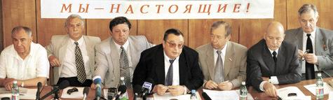 Министр обороны Язов (крайний слева) на брифинге, где ГКЧП объявляет о чрезвычайном положении.