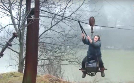 Полтысячи жителей Закарпатья каждый день... летают над рекой вместе с мебелью и скотом!
